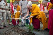 Его Святейшество Далай-лама сажает дерево в ретритном центре Тхекчог Самтенлинг в окрестностях Дехрадуна, Индия. 16 сентября 2012 г. Фото: Тензин Чойджор (Офис ЕСДЛ)