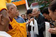 Его Святейшество Далай-лама приветствует своих почитателей в монастыре Лходак Гаден Доньелинг. Тибетское поселение Декьилинг, Дехрадун, Индия. 16 сентября 2012 г. Фото: Тензин Чойджор (Офис ЕСДЛ)