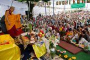 Его Святейшество Далай-лама приветствует собравшихся в центре тибетских ремесел в Раджпуре, Индия. 16 сентября 2012 г. Фото: Тензин Чойджор (Офис ЕСДЛ)