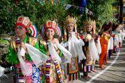 """Дети в тибетских национальных костюмах ожидают приезда Его Святейшества Далай-ламы в школу """"Тибетский дом"""" в Массури, Индия. 16 сентября 2012 г. Фото: Тензин Чойджор (Офис ЕСДЛ)"""