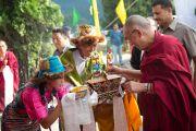 """Ученики школы """"Тибетский дом"""" встречают Его Святейшество Далай-ламу традиционными подношениями. Массури, Индия. 16 сентября 2012 г. Фото: Тензин Чойджор (Офис ЕСДЛ)"""