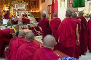 Монахини монастыря Сакья Ринченлинг демонстрируют Его Святейшеству Далай-лама свое владение искусством ведения философского диспута. Дехрадун, Индия. 16 сентября 2012 г. Фото: Тензин Чойджор (Офис ЕСДЛ)