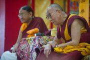 Его Святейшество Далай-лама и Сакья Тризин Ринпоче наблюдают за философским диспутом монахинь в монастыре Сакья Ринченлинг. Дехрадун, Индия. 16 сентября 2012 г. Фото: Тензин Чойджор (Офис ЕСДЛ)