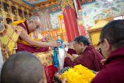 Сакья Тризин Ринпоче совершает традиционные подношения Его Святейшеству Далай-ламе в монастыре Сакья в Раджпуре, Индия. 16 сентября 2012 г. Фото: Тензин Чойджор (Офис ЕСДЛ)