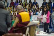 Его Святейшество Далай-лама отвечает на вопросы учеников школы Вудсток в Массури, Индия. 16 сентября 2012 г. Фото: Тензин Чойджор (Офис ЕСДЛ)