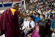 Его Святейшество Далай-лама здоровается с учениками школы Вудсток в Массури, Индия. 16 сентября 2012 г. Фото: Тензин Чойджор (Офис ЕСДЛ)