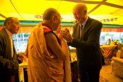 """Гельмут Кутин, бывший президент организации SOS Kinderdorf, приветствует Его Святейшество Далай-ламу на праздновании юбилея фонда """"Тибетские дома"""" в Массури, Индия. 17 сентября 2012 г. Фото: Тензин Чойджор (Офис ЕСДЛ)"""