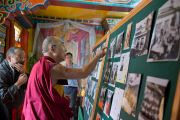 """Его Святейшество Далай-лама знакомится с фотовыставкой, посвященной юбилею фонда """"Тибетские дома"""". Массури, Индия. 17 сентября 2012 г. Фото: Тензин Чойджор (Офис ЕСДЛ)"""