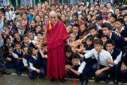 """Его Святейшество Далай-лама фотографируется на память учениками школы фонда """"Тибетские дома"""" и членами их семей. Массури, Индия. 17 сентября 2012 г. Фото: Тензин Чойджор (Офис ЕСДЛ)"""