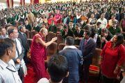 Его Святейшество Далай-лама приветствует учеников школы Уинберга Аллена в Массури, Индия. 17 сентября 2012 г. Фото: Тензин Чойджор (Офис ЕСДЛ)