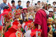 """Его Святейшество Далай-лама приветствует учеников, принимавших участие в праздничном концерте по случаю юбилея фонда """"Тибетские дома"""" в Массури, Индия. 17 сентября 2012 г. Фото: Тензин Чойджор (Офис ЕСДЛ)"""