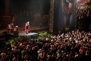 Его Святейшество Далай-лама побывал на концерте «Единый мир» в Сиракузах, штат Нью-Йорк