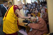 Его Святейшество Далай-лама шутливо приветствует своего знакомого монаха из Кореи по окончании первого дня учений для буддистов из Тайваня. Дхарамсала, Индия. 1 октября 2012 г. Фото: Тензин Чойджор (Офис ЕСЛД)