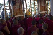 Его Святейшество Далай-лама проходит мимо храма Калачакры, направляясь в главный тибетский храм Цуглакан, чтобы начать второй день учений для буддистов из Тайваня. Дхарамсала, Индия. 2 октября 2012 г. Фото: Тензин Чойджор (Офис ЕСЛД)