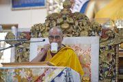 Его Святейшество Далай-лама пьет чай во время второго дня учений для буддистов из Тайваня. Дхарамсала, Индия. 2 октября 2012 г. Фото: Тензин Чойджор (Офис ЕСЛД)