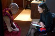"""Энн Карри берет интервью у Его Святейшества Далай-ламы перед началом дискуссии """"Становление демократии на Ближнем Востоке"""", в которой она выступила модератором. Сиракузы, штат Нью-Йорк, США. 8 октября 2012 г. Фото: Джереми Рассел (Офис ЕСДЛ)"""