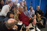 """Его Святейшество Далай-лама фотографируется с журналистами по завершении пресс-конференции, состоявшейся перед началом концерта """"Единый мир"""" в Сиракузском университете. Сиракузы, штат Нью-Йорк, США. 9 октября 2012 г. Фото: Stephen Sartori (Syracuse University)"""