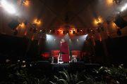 """Его Святейшество Далай-лама на сцене концерта """"Единый мир"""" в Сиракузском университете. Сиракузы, штат Нью-Йорк, США. 9 октября 2012 г. Фото: Neilson Barnard (Getty Images)"""