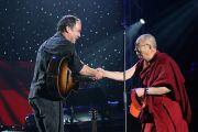 """Его Святейшество Далай-лама и Дэйв Мэттьюс на сцене во время концерта """"Единый мир"""" в Сиракузском университете. Сиракузы, штат Нью-Йорк, США. 9 октября 2012 г. Фото: Neilson Barnard (Getty Images)"""
