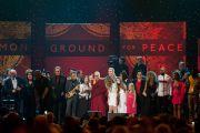 """Его Святейшество Далай-лама с участниками концерта """"Единый мир"""" в Сиракузском университете. Сиракузы, штат Нью-Йорк, США. 9 октября 2012 г. Фото: Stephen Sartori (Syracuse University)"""