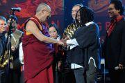 """Его Святейшество Далай-лама и Вупи Голдберг на сцене перед концертом """"Единый мир"""" в Сиракузском университете. Сиракузы, штат Нью-Йорк, США. 9 октября 2012 г. Фото: Larry Busacca (Getty Images)"""