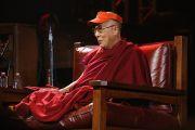 """Его Святейшество Далай-лама обращается к слушателям перед концертом """"Единый мир"""" в Сиракузском университете. Сиракузы, штат Нью-Йорк, США. 9 октября 2012 г. Фото: Neilson Barnard (Getty Images)"""