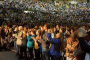 Слушатели стоя приветствуют Его Святейшество Далай-ламу на стадионе Kaplan Arena в колледже Вильгельма и Марии перед началом публичной лекции. Вильямсбург, штат Виргиния, США. 10 октября 2012 г. Фото: Джереми Рассел (Офис ЕСДЛ)