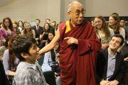 Его Святейшество Далай-лама общается со студентами колледжа Вильгельма и Марии, среди которых есть и студенты из Китая. Вильямсбург, штат Виргиния, США. 10 октября 2012 г. Фото: Джереми Рассел (Офис ЕСДЛ)