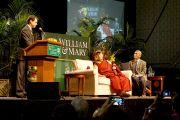 """Его Святейшество Далай-лама на сцене колледжа Вильгельма и Марии перед публичной лекцией """"Роль религий в преодолении всемирного кризиса"""". Вильямсбург, штат Виргиния, США. 10 октября 2012 г. Фото: Джереми Рассел (Офис ЕСДЛ)"""