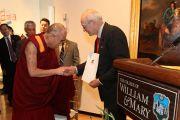 Его Святейшество Далай-лама и мэр Вильямсбурга Клайд Холман в музее искусств Мускарелл в Вильямсбурге, штат Виргиния, США. 10 октября 2012 г. Фото: Джереми Рассел (Офис ЕСДЛ)