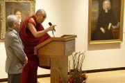Его Святейшество Далай-лама во время посещения музея искусств Мускарелл в Вильямсбурге, штат Виргиния, США. 10 октября 2012 г. Фото: Джереми Рассел (Офис ЕСДЛ)