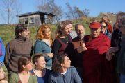 """Его Святейшество Далай-лама, студенты и преподаватели в """"органическом"""" саду Миддлберийского колледжа. Миддлбери, штат Вермонт, США. 13 октября 2012 г. Фото: Джереми Рассел (Офис ЕСДЛ)"""