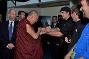 Его Святейшество Далай-лама приветствует сотрудников службы безопасности за кулисами на стадионе Нельсон-Арена перед началом лекции в Миддлберийском колледже. Миддлбери, штат Вермонт, США. 13 октября 2012 г. Фото: Sonam Zoksang