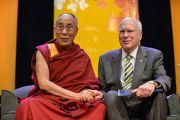 Его Святейшество Далай-лама и сенатор Патрик Лихи на сцене стадиона Нельсон-Арена в Миддлберийском колледже. Миддлбери, штат Вермонт, США. 13 октября 2012 г. Фото: Brett Simison