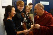 Его Святейшество Далай-лама приветствует музыкантов, выступавших перед его лекцией на сцене стадиона Нельсон-Арена в Миддлберийском колледже. Миддлбери, штат Вермонт, США. 13 октября 2012 г. Фото: Джереми Рассел (Офис ЕСДЛ)