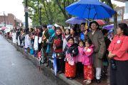 Поклонники, среди которых много тибетцев, живущих в этом штате, ожидают прибытия Его Святейшества Далай-ламы в Бостон, штат Массачусетс, США. 14 октября 2012 г. Фото: Sonam Zoksang