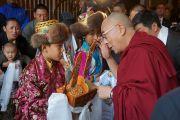 Юные тибетцы приветствуют Его Святейшество Далай-ламу традиционным подношением у входа в гостиницу в Бостоне, штат Массачусетс, США. 14 октября 2012 г. Фото: Джереми Рассел (Офис ЕСДЛ)