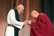 По окончании лекции Его Святейшество Далай-лама благодарит о. Томаса Китинга за участие в дискуссии. Бостон, штат Массачусетс, США. 14 октября 2012 г. Фото: Christopher Michel