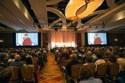 """Его Святейшество Далай-лама читает лекцию """"За пределами религий: этика, ценности и благополучие"""" в гостинице Мэрриот. Бостон, штат Массачусетс, США. 14 октября 2012 г. Фото: Christopher Michel"""