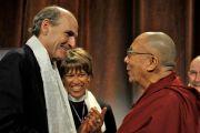 """Его Святейшество Далай-лама и Джеймс Тэйлор перед началом лекции """"За пределами религий: этика, ценности и благополучие"""". Бостон, штат Массачусетс, США. 14 октября 2012 г. Фото: Sonam Zoksang"""