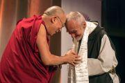 По окончании лекции Его Святейшество Далай-лама преподносит Дэвиду Стейндл-Расту традиционный тибетский церемониальный шарф (хадак). Бостон, штат Массачусетс, США. 14 октября 2012 г. Фото: Christopher Michel