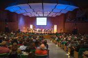 """Его Святейшество Далай-лама и другие докладчики на утреннем заседании форума """"Глобальные системы 2.0"""", который проходил в Массачусетском технологическом институте. Бостон, штат Массачусетс, США. 15 октября 2012 г. Фото: Christopher Michel"""