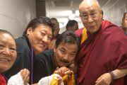 """Его Святейшество Далай-лама фотографируется со своими поклонниками по пути на форум """"Глобальные системы 2.0"""", который проходил в Массачусетском технологическом институте. Бостон, штат Массачусетс, США. 15 октября 2012 г. Фото: Christopher Michel"""