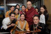 Его Святейшество Далай-лама с тибетской танцевальной группой. Бостон, штат Массачусетс, США. 16 октября 2012 г. Форо: Sonam Zoksang