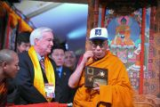 Мэр Медфорда Майкл МакГлинн вручил Его Святейшеству Далай-ламе ключи от города в буддийском цетнре Курукулла. Медфорд, штат Массачусетс, США. 16 октября 2012 г. Форо: Sonam Zoksang
