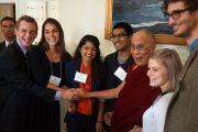 Его Святейшество Далай-лама со студентами Университета Брауна перед лекцией. Провиденс, штат Род-Айленд, США. 17 октября 2012 г. Фото: Джереми Рассел (Офис ЕСДЛ)