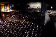 Более 5600 человек пришли в конгресс-центр Провиденс, чтобы послушать лекцию Его Святейшества Далай-ламы о сострадании. Провиденс, штат Род-Айленд, США. 17 октября 2012 г. Фото: Mike Cohea/Browy University