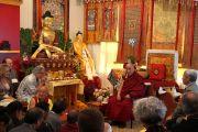 Его Святейшество Далай-лама беседует с членами буддийского центра за всеобщий мир До-нгак Кунпенлинг в Рэддинге, штат Коннектикут, США. 18 октября 2012 г. Фото: Джереми Рассел (Офис ЕСДЛ)