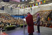 """Его Святейшество Далай-лама во время лекции """"Советы на каждый день» в центре О'Нила университета Западного Коннектикута. Дэнбери, штат Коннектикут, США. 18 октября 2012 г. Фото: WCSU"""