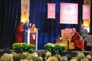 Ричард Гир представляет аудитории Его Святейшество Далай-ламу перед лекцией в центре О'Нила университета Западного Коннектикута. Дэнбери, штат Коннектикут, США. 18 октября 2012 г. Фото: Sonam Zoksang